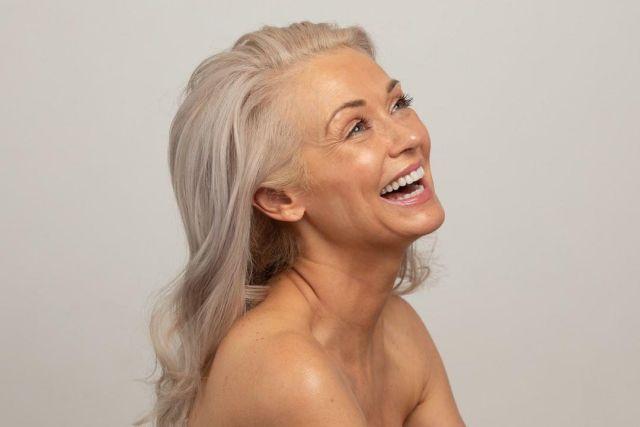 Кэти Джейкобс улыбается