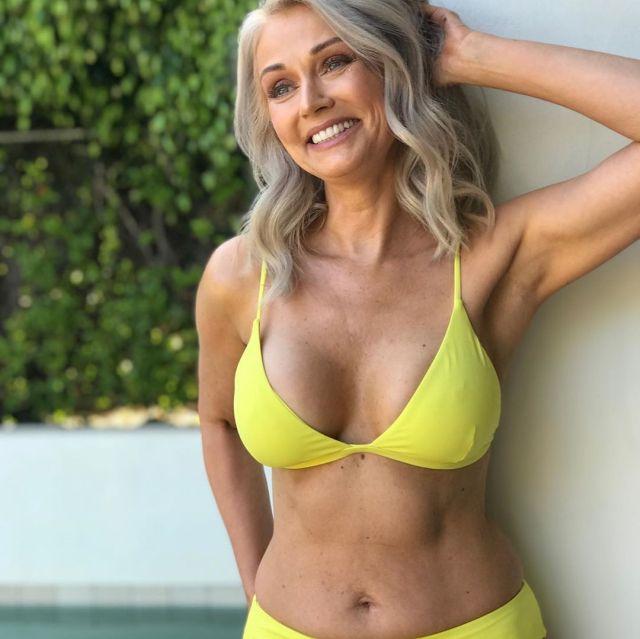 Кэти Джейкобс в желтом купальнике