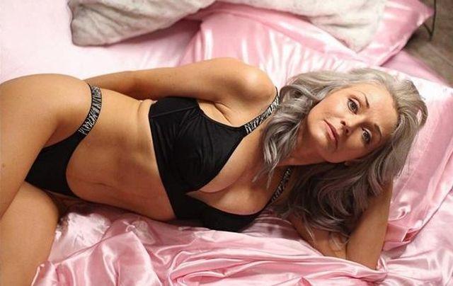 Кэти Джейкобс на кровати