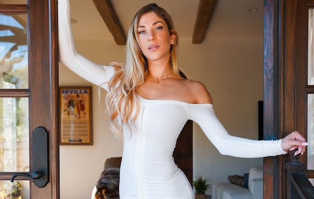 Холли Валентайн в белом платье в доме