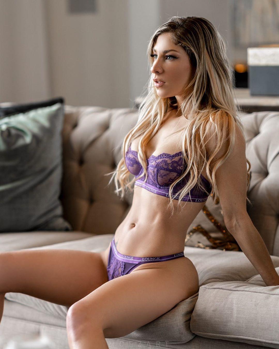 Холли Валентайн в фиолетовом нижнем белье на сером диване