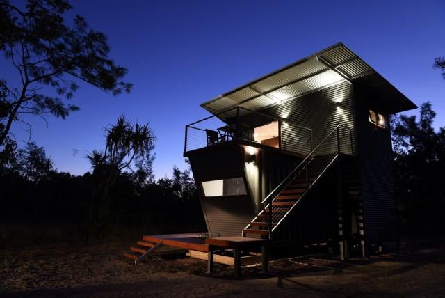 дом из контейнеров ночью
