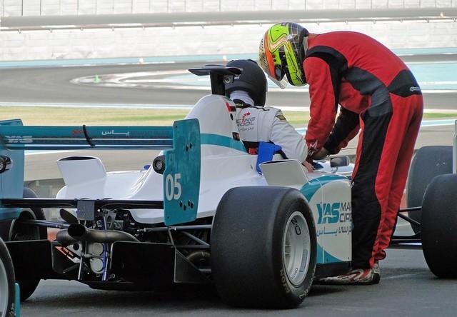 Двое пилотов около болида Формулы-1
