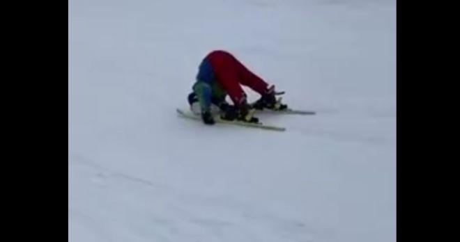 ребенок катается на лыжах