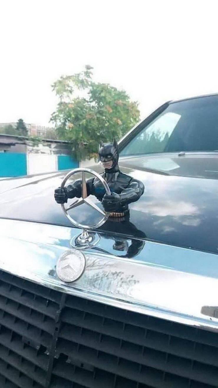Фигурка Бэтмена на автомобиле