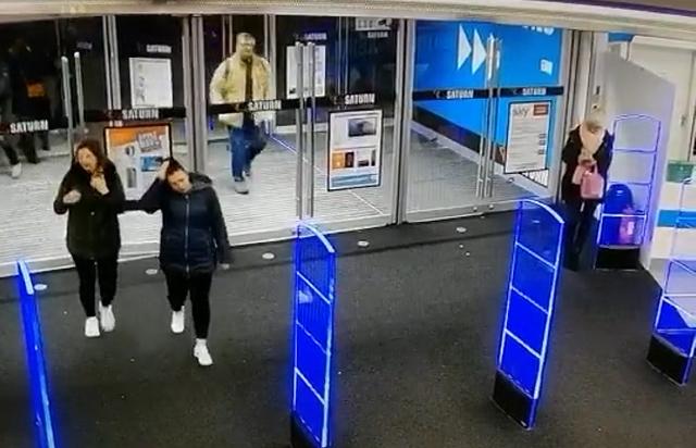 Мужчина разбил двери