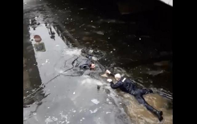 Полицейский спасает мужчину в канале