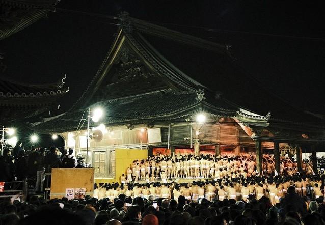 Японский храм и японцы на празднике ночью