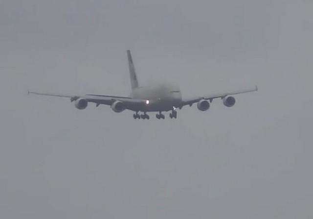 Серый самолет летит в небе