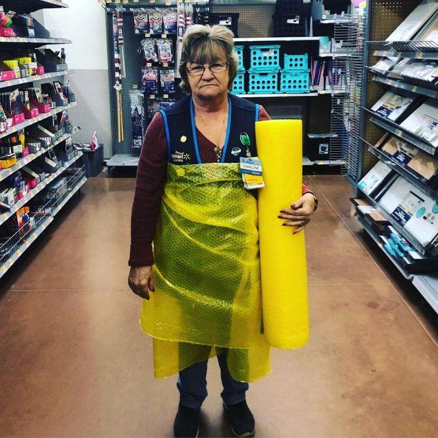 Сотрудница магазина с упаковкой