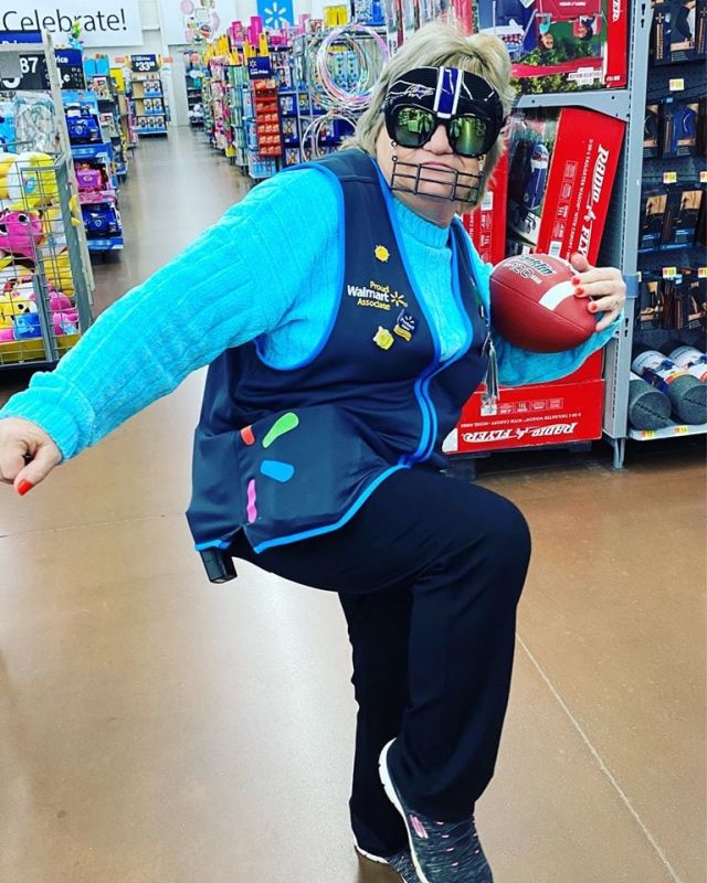 Сотрудница магазина с мячом для регби