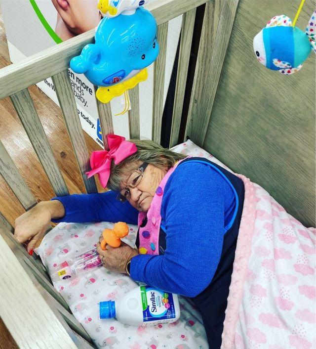 Сотрудница магазина в детской кроватке