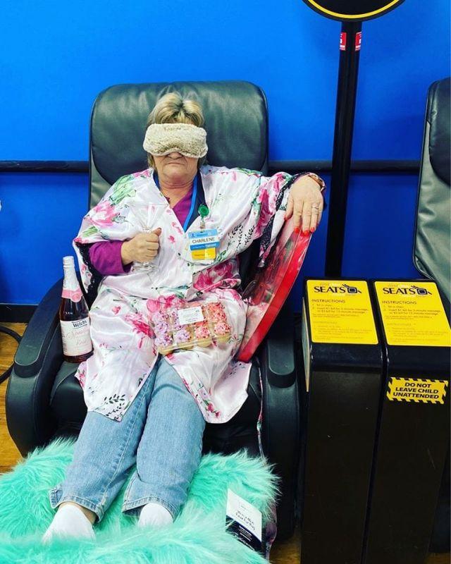 Сотрудница магазина в массажном кресле
