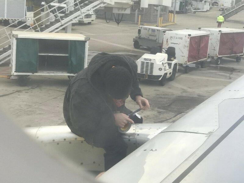 скотчем ремонтирует самолет