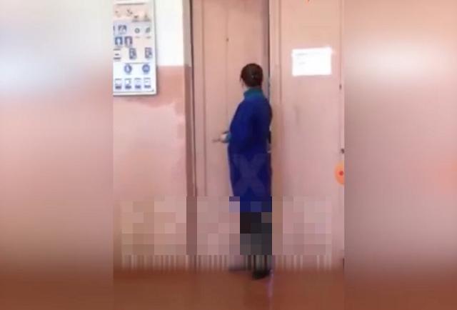 учительница возле двери