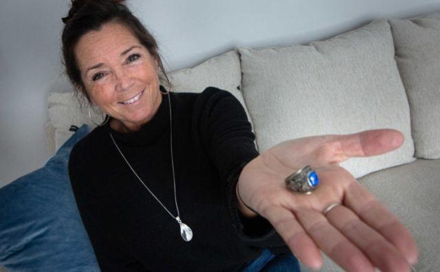 Женщина с кольцом на ладони