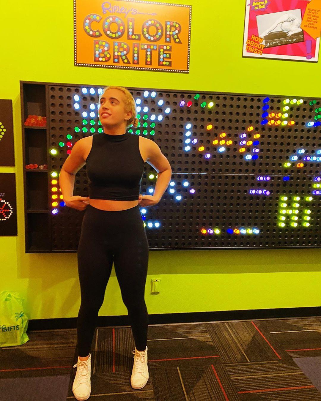 Симона Джонсон в спортивном зале в черной спортивной одежде