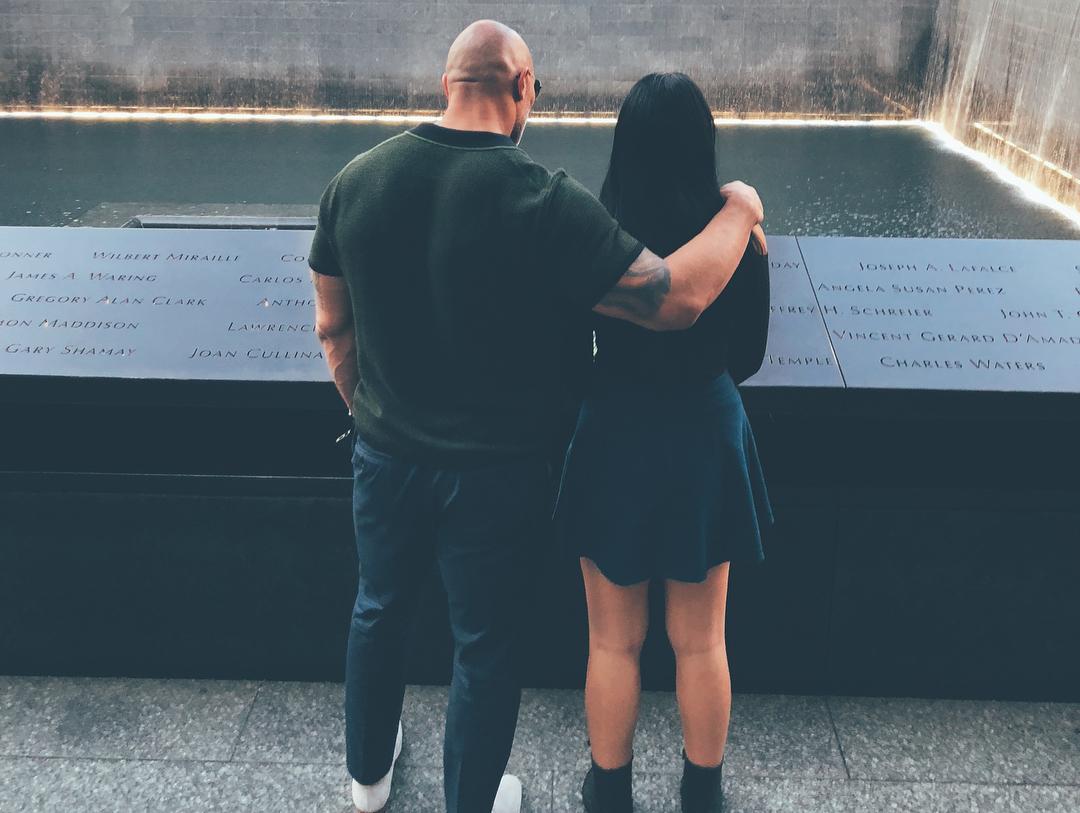 Симона Джонсон и Дуэйн Скала Джонсон около мемориала