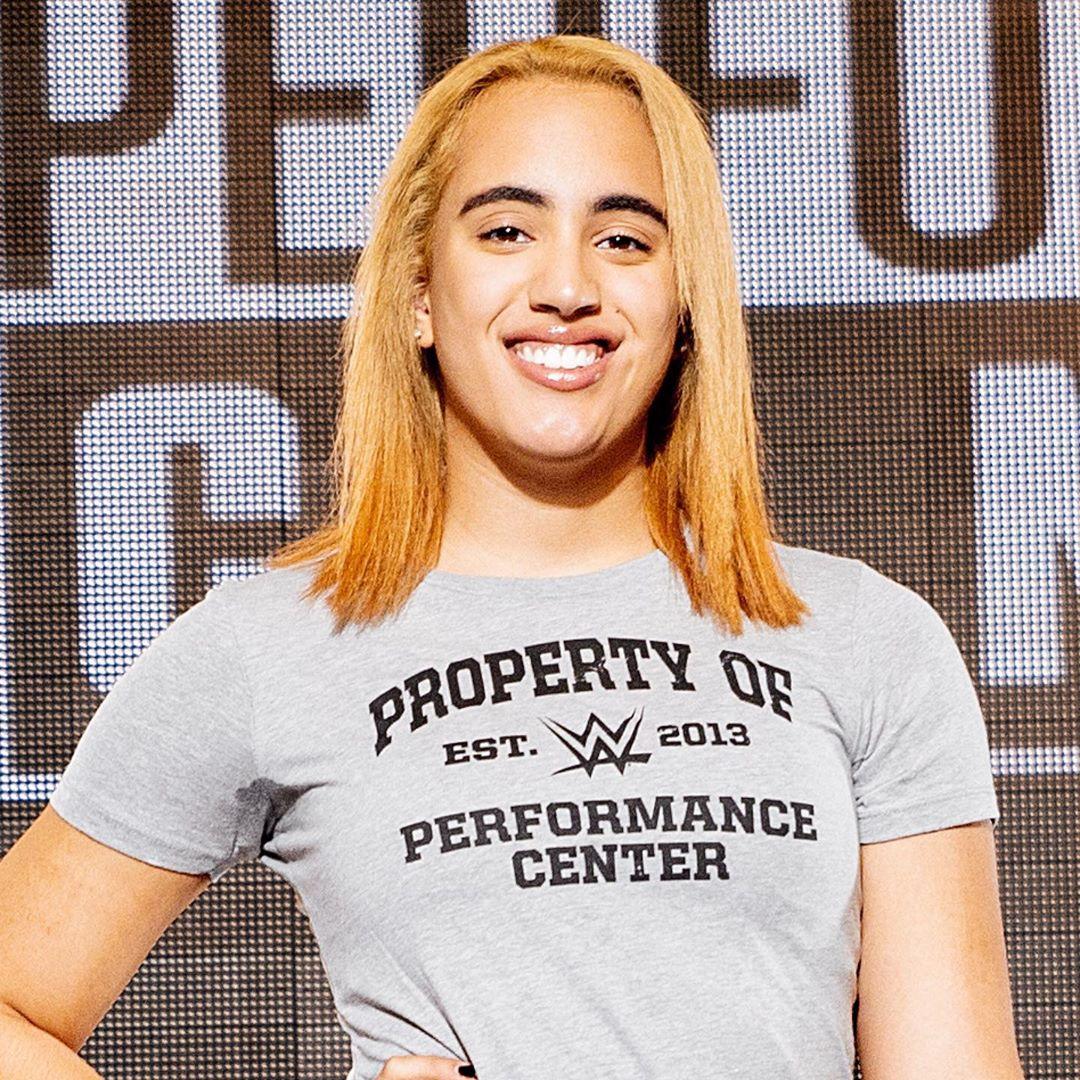 Симона Джонсон позирует в белой футболке и с рыжими волосами