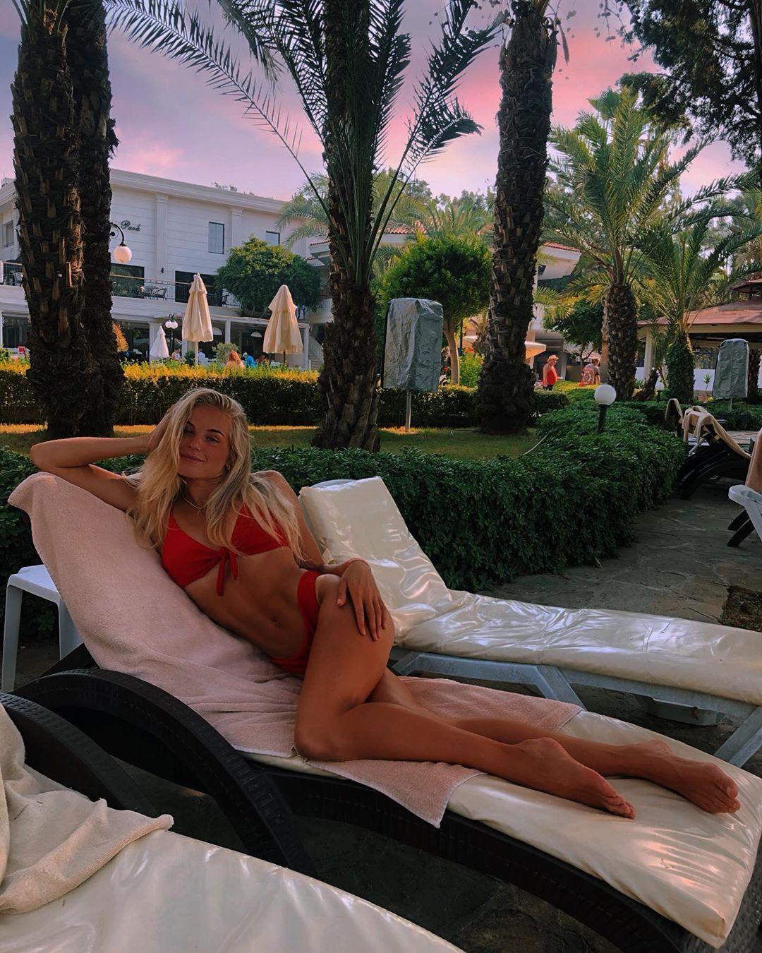 Ксения Трибунова в красном купальнике на отдыхе