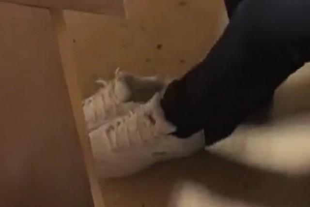 Белые кроссовки под столом