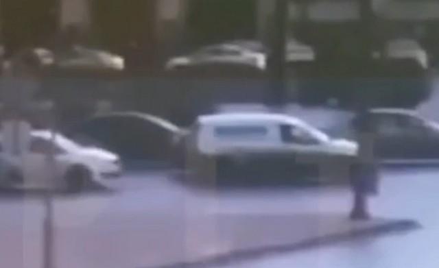 Автомобили стоят на перекрестке