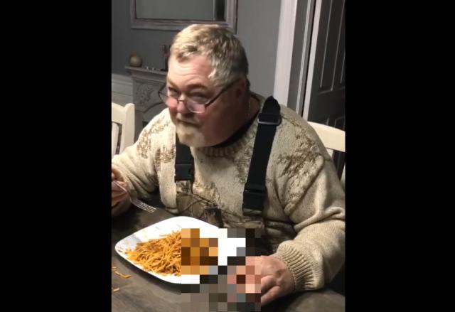 Мужчина ест спагетти
