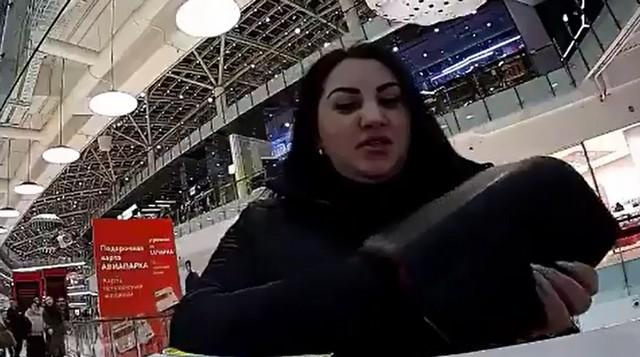 Девушка в ТРК с черным кошельком