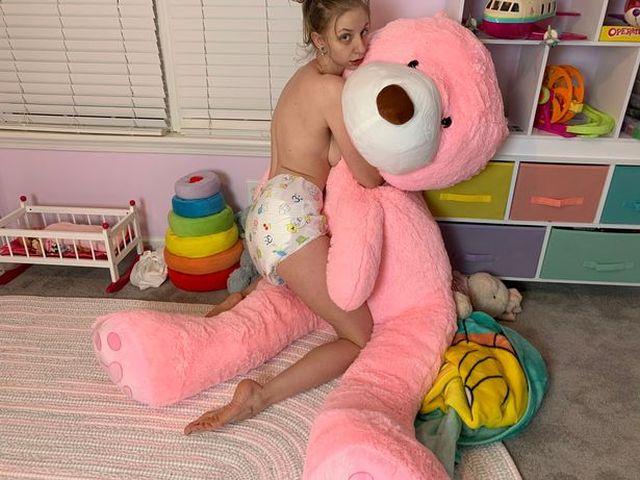 Девушка с игрушечным медведем