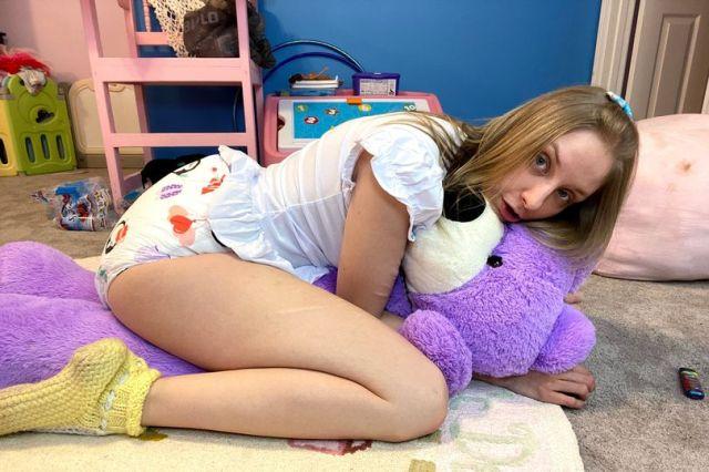 Девушка обнимает игрушку