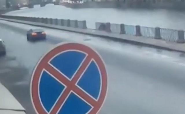 Знак остановка запрещена на фоне набережной реки Фонтанки
