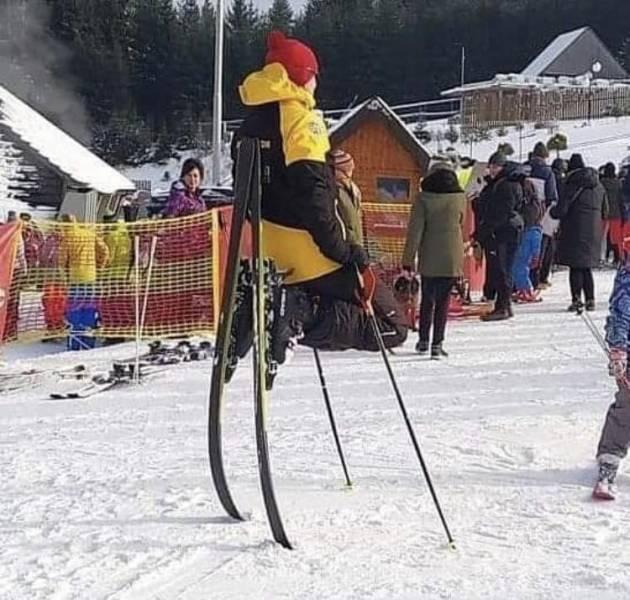 Стоит на лыжах