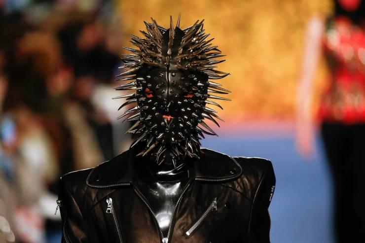 Странная модная маска