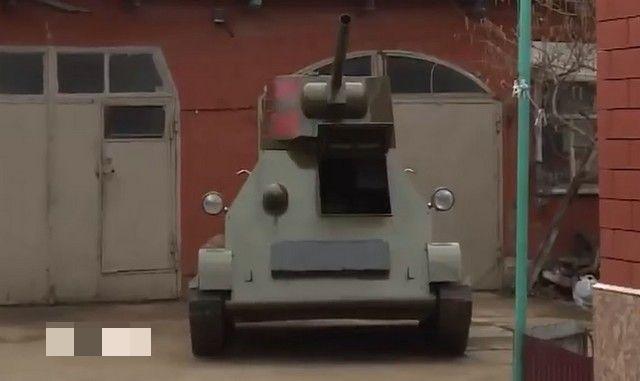 Самодельный танк на фоне кирпичной стены