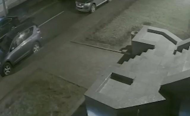 Припаркованное авто и парадный вход в дом в Офицерском переулке
