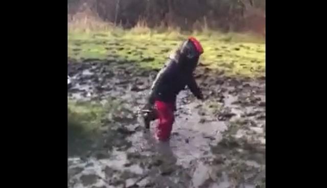 Ребенок в грязи