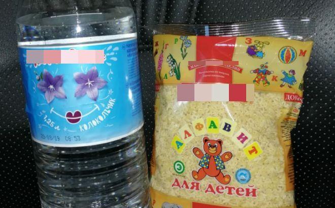 Макароны и просрочка: в Омске отличников наградили «ценными» подарками (3 фото)