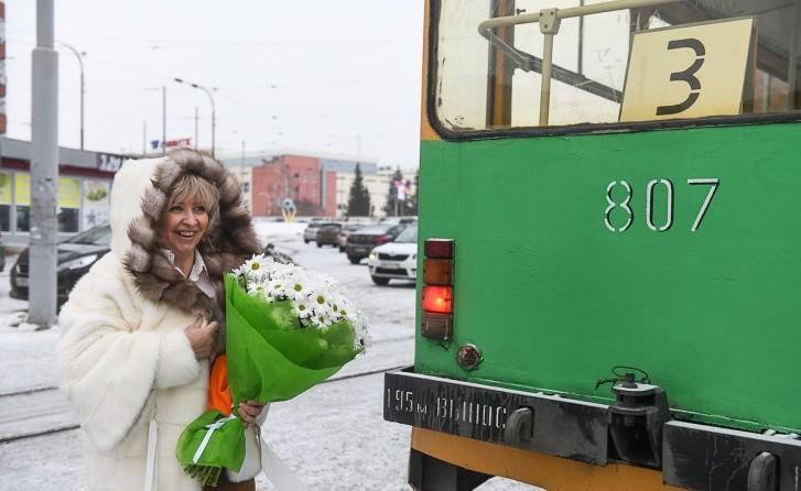 Оксана Мирошниченко в белой шубе водит травмай