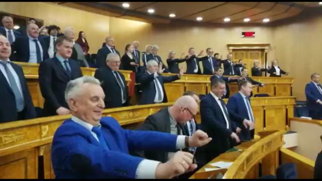 Депутаты делают зарядку