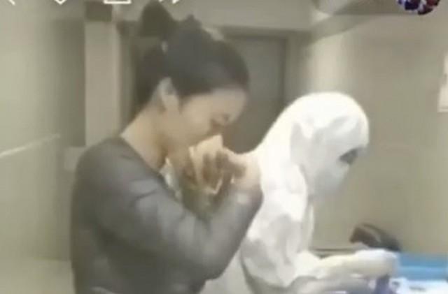 Китаянка надевает маску против коронавируса