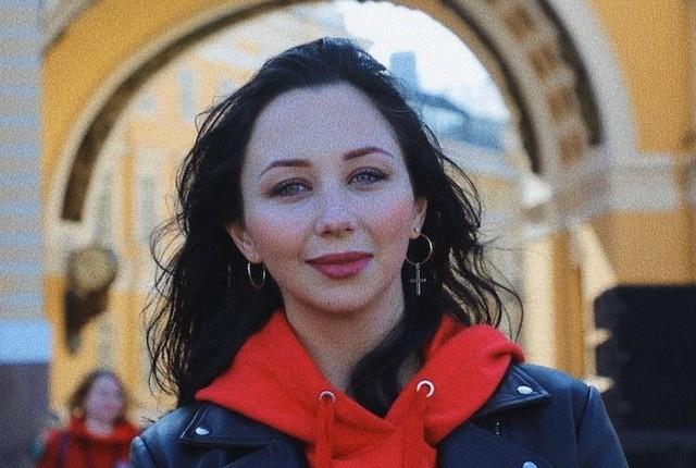 Елизавета Туктамышева в красной олимпийке и черной куртке