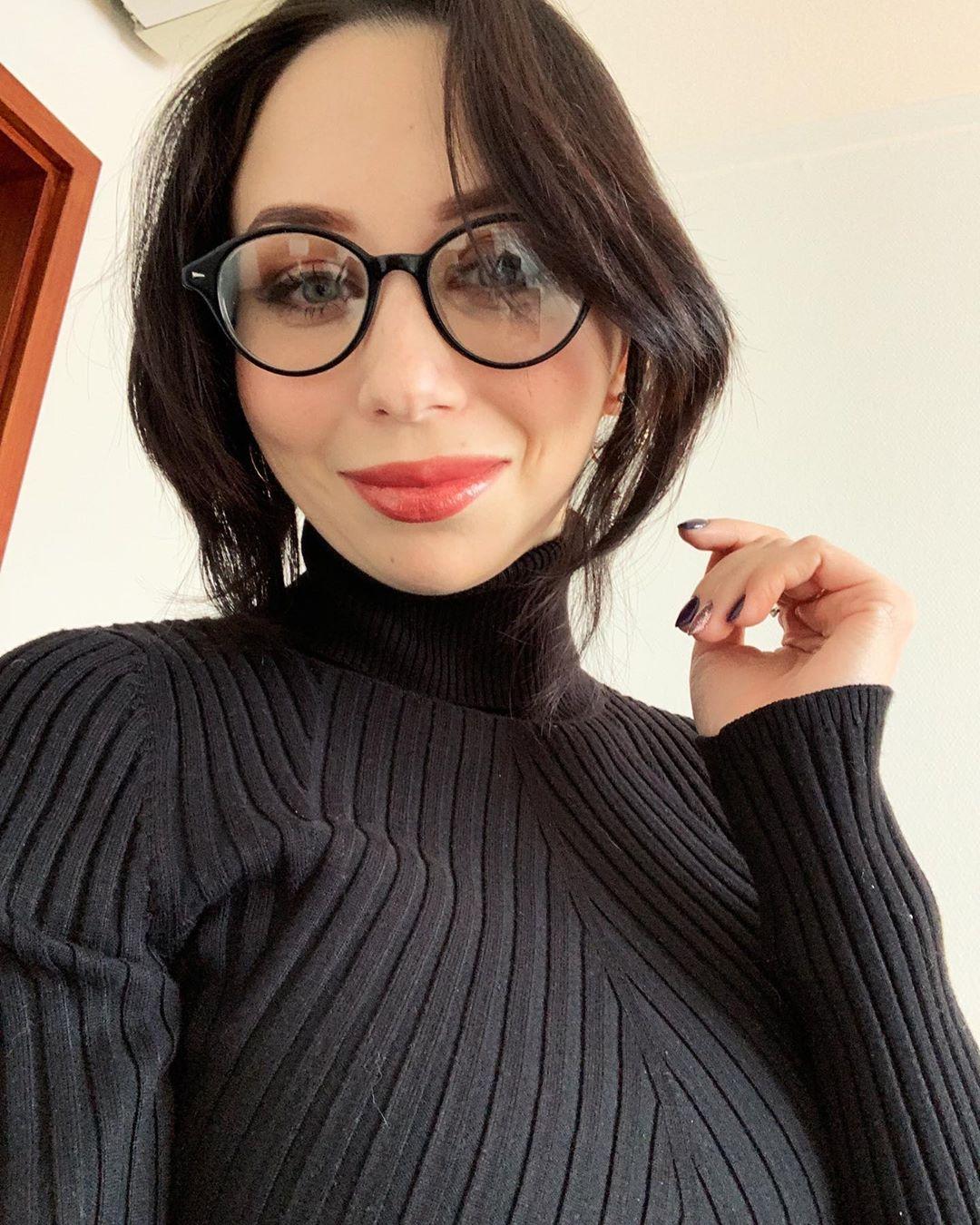 Елизавета Туктамышева в очках и черном свитере