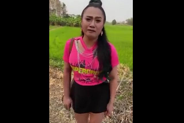 Девушка в розовой футболке