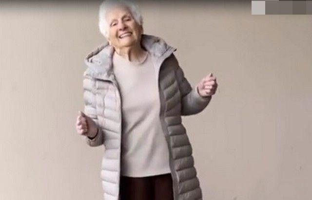 Бабушка в белой футболке и бежевой куртке