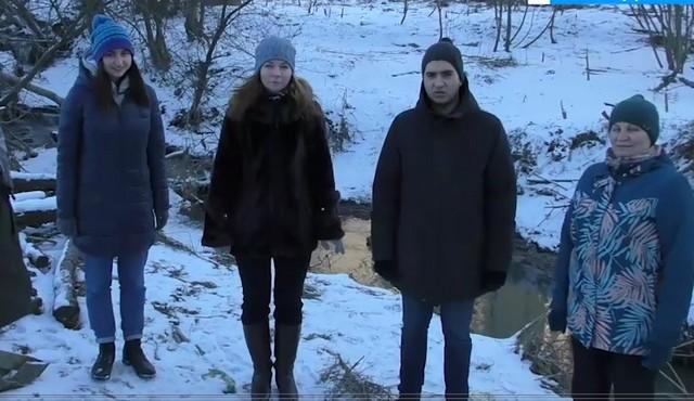 Жители Нового Девяткино стоят около канализации