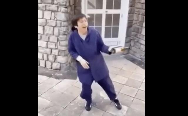 Азиат танцует