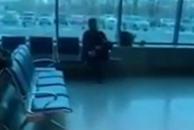 Мужчина в омском аэропорту читает рэп