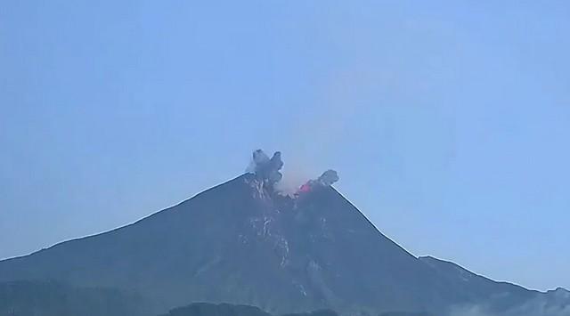 Вулкан извергается