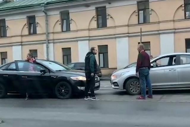 Разборка двух мужчин на машинах в Петербурге