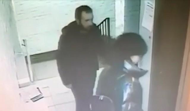 Мужчина в черной куртке заходит в лифт вместе с женщиной
